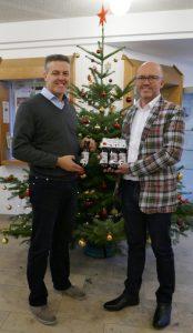 Hans-Peter Vögl (Getränke Fleischmann) und 1. Bürgermeister Strauß bei der Übergabe des ersten Ergoldinger Weihnachtsbock's